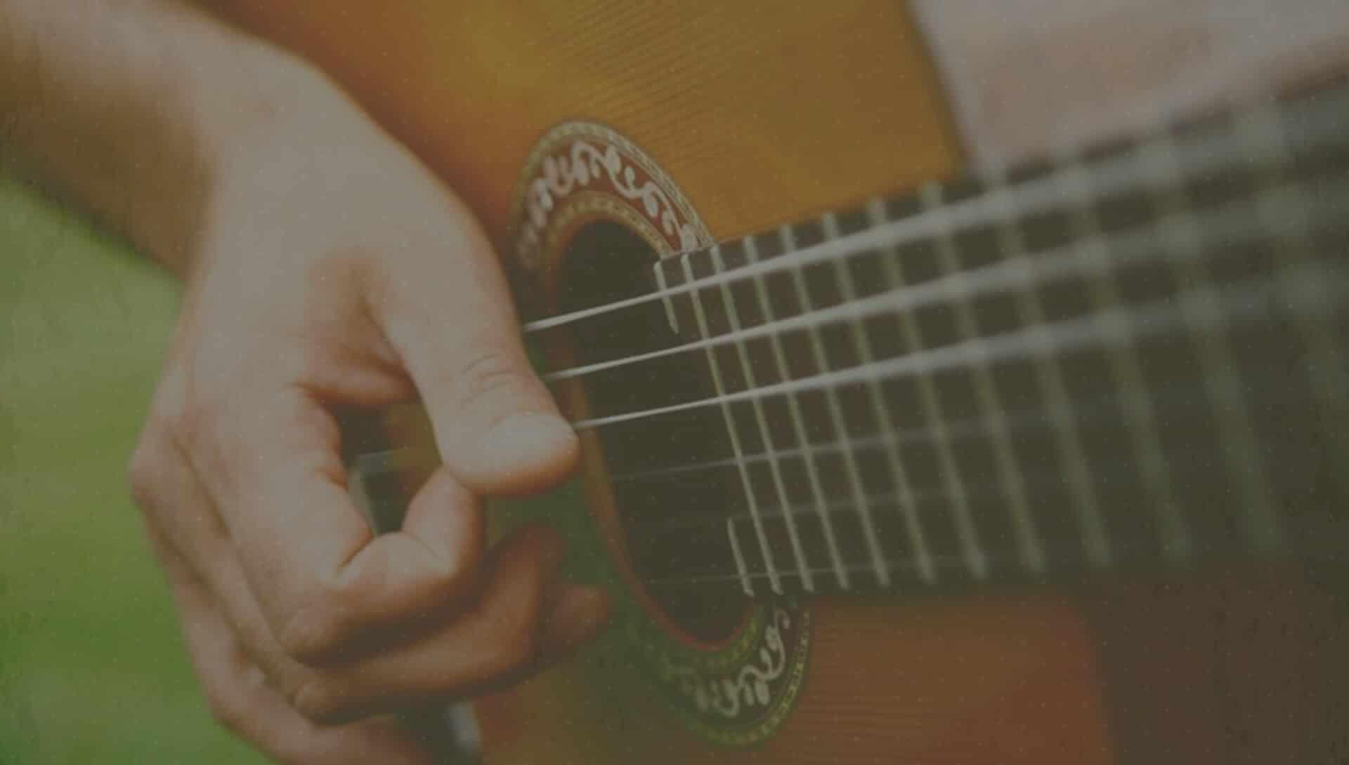 Singer-songwriter Comigo speelt op zijn gitaar