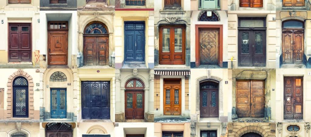collage van oude deuren